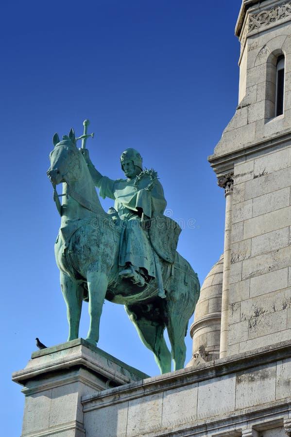 Une statue devant la basilique du coeur sacré de Paris images stock