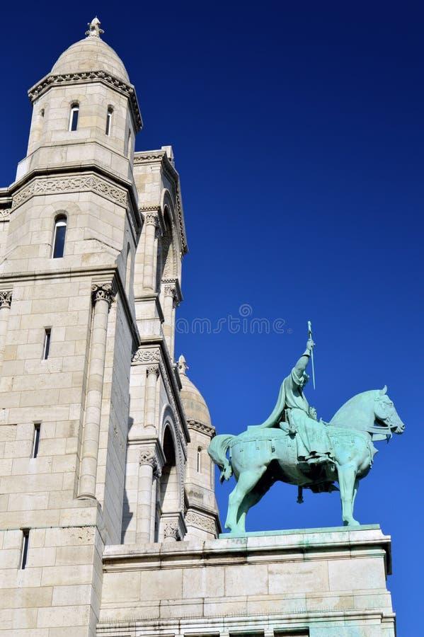 Une statue devant la basilique du coeur sacré de Paris photographie stock