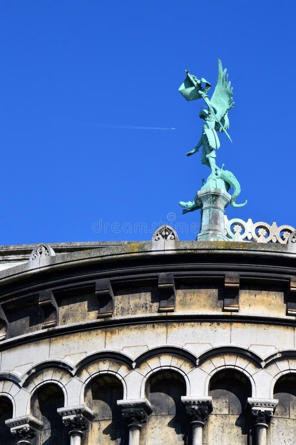 Une statue devant la basilique du coeur sacré de Paris photographie stock libre de droits