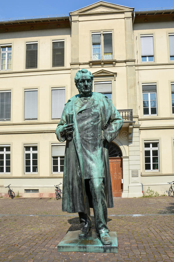 Une statue du professeur célèbre Robert Bunsen à Heidelberg photographie stock