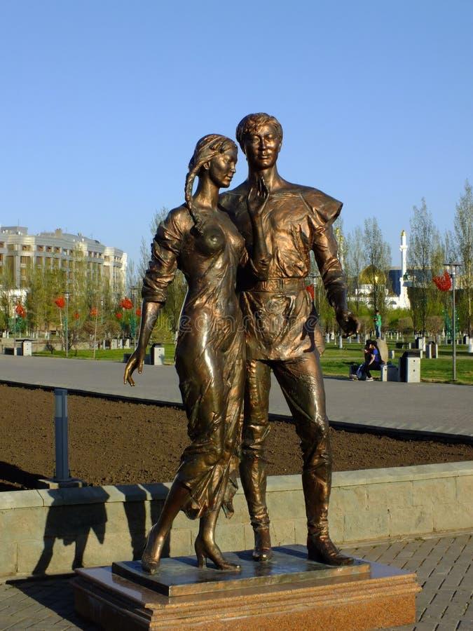 Une statue en bronze comportant un jeune couple à Astana photos stock