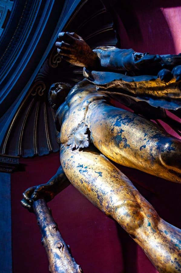 Une statue en bronze de jeune truie du 2ème siècle en retard de Hercule se tient grande dans le rotunda du musée de Vatican s Pio photos libres de droits