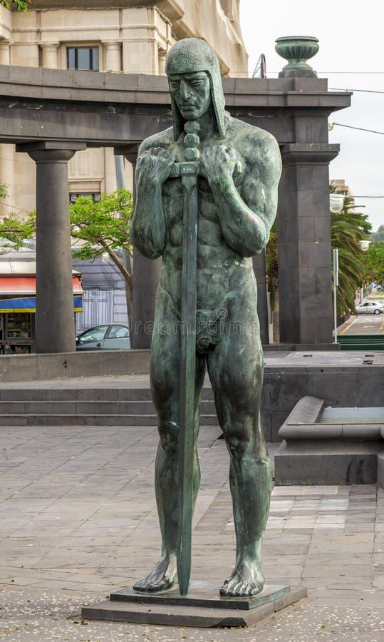 Une statue en bronze du soldat avec l'épée de deux-main devant le mémorial de guerre à la place de l'Espagne, Santa Cruz de Tener images stock