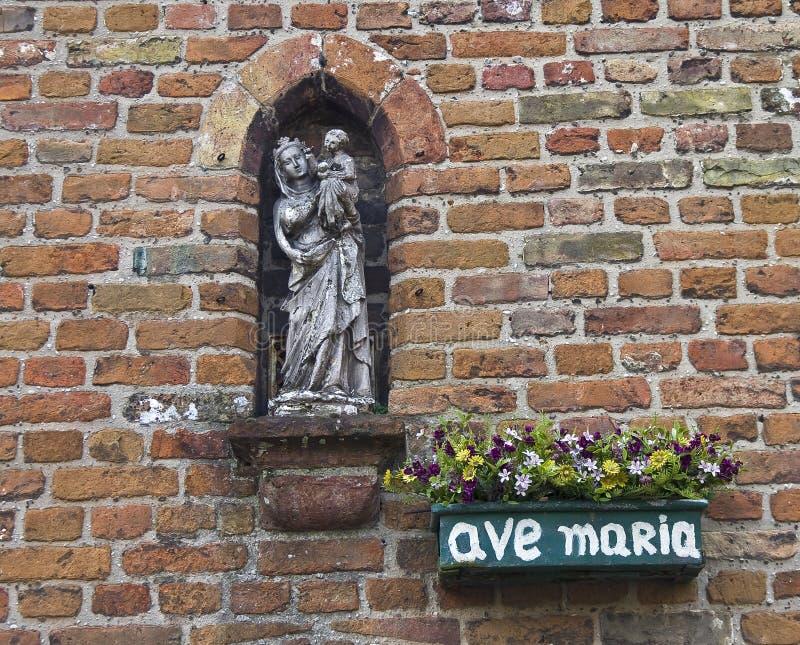 Une statuette de Vierge Marie. image stock