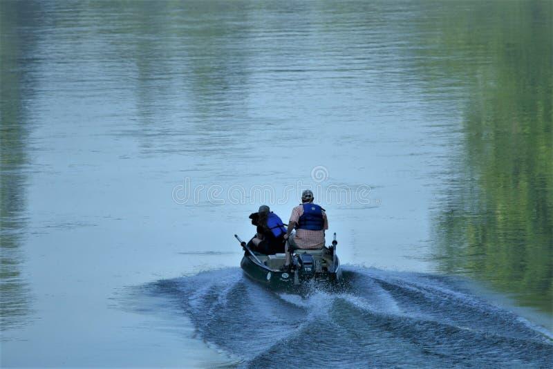 Une tête de couples de pêche vers le haut de rivière photos stock