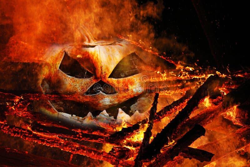 Une tête rampante de potiron dans le feu image stock