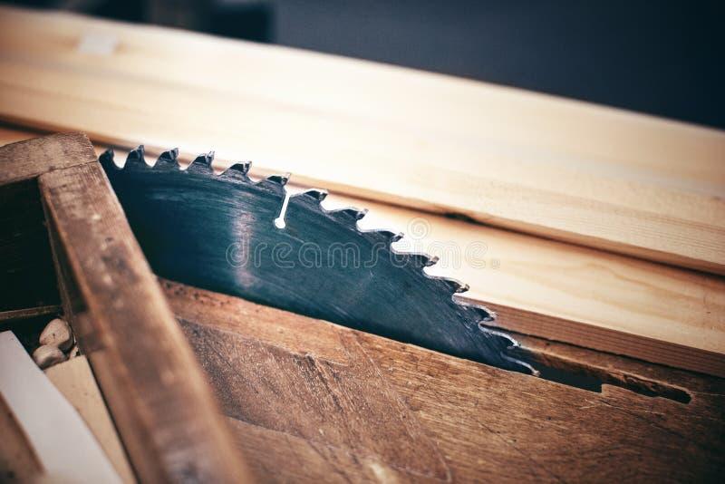 Une table en bois avec une scie circulaire photographie stock libre de droits