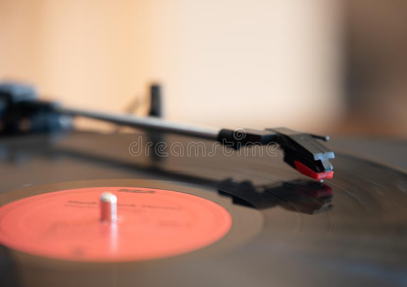 Une table et un disque vinyle de tour photo stock