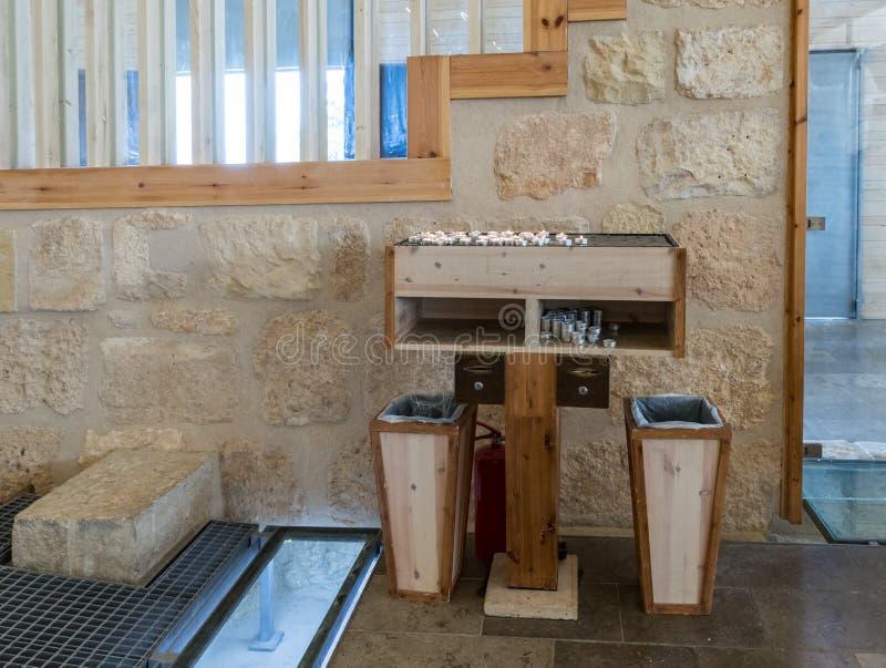 Une table pour allumer des bougies dans l'église commémorative de Moïse sur le bâti Nebo près de la ville de Madaba en Jordanie photos libres de droits