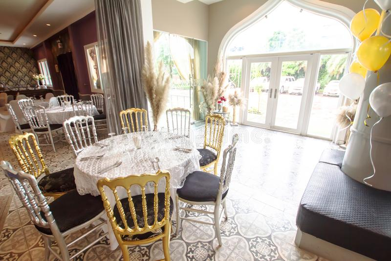 Une table s'est préparée à une partie telle qu'un anniversaire de mariage, une réunion, un mariage, etc. photos stock