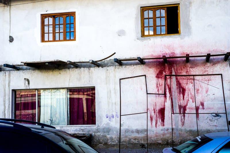 Une tache rouge mystérieuse de peinture sur un mur image libre de droits