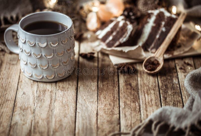 Une tasse confortable de thé et morceau de gâteau photo stock