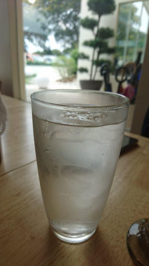 Une tasse d'eau froide à refroidir images libres de droits