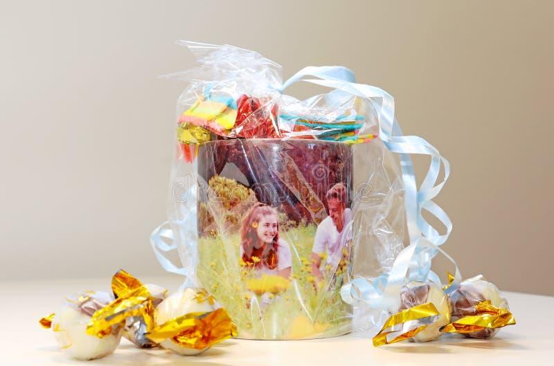 Une tasse de bonbons comme cadeau photo stock