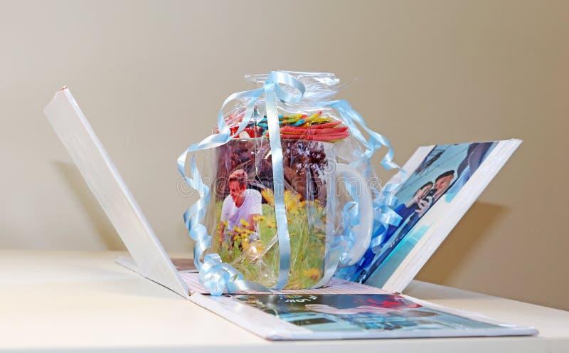 Une tasse de bonbons comme cadeau photographie stock