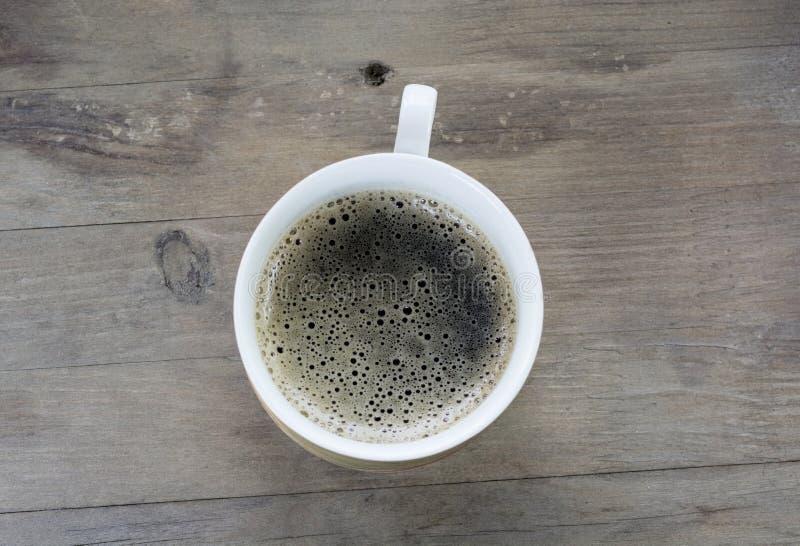 Une tasse de brew sur une table en bois photographie stock libre de droits