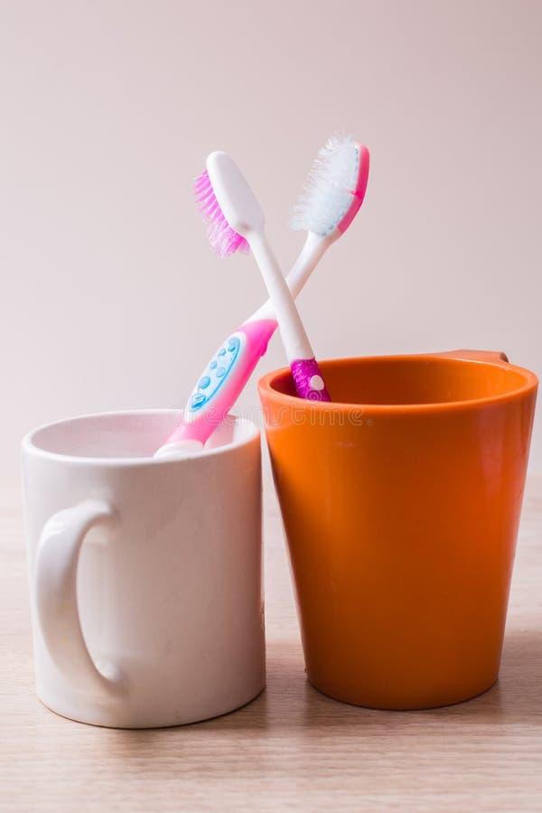 Une tasse de brosse à dents images stock