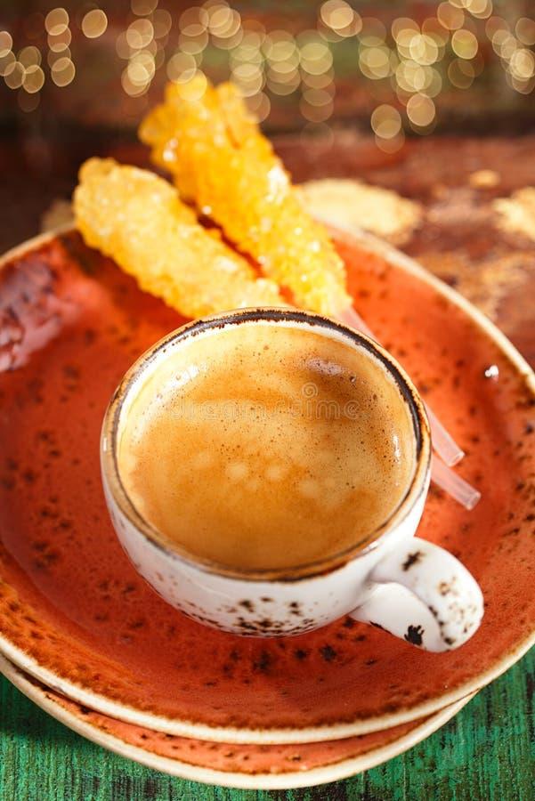 Une tasse de café avec du sucre et le scintillement de bâton image stock