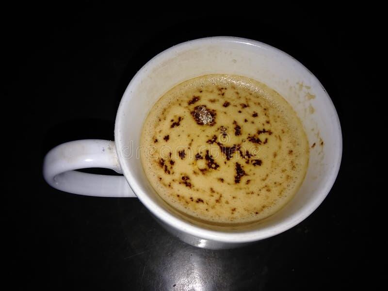 une tasse de café chaud avec un fond foncé images stock