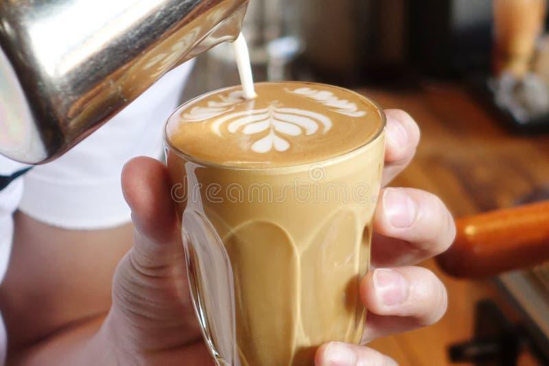 Une tasse de café d'art de latte photo libre de droits