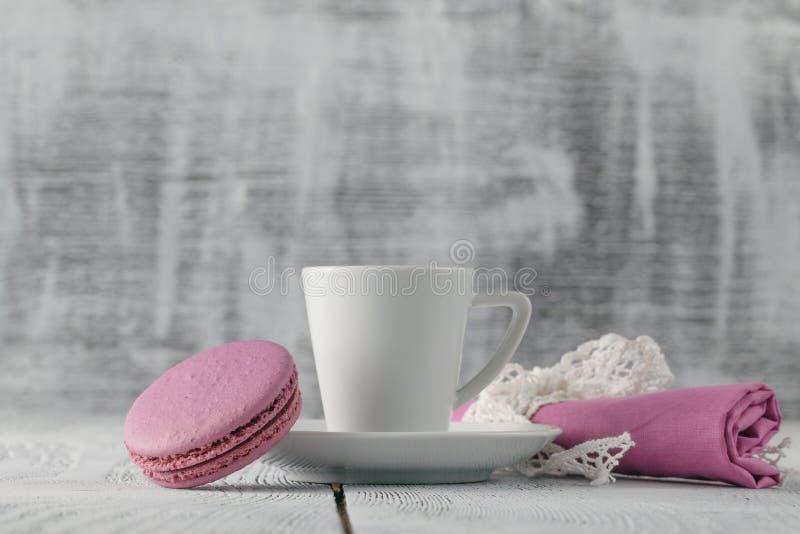 Download Une Tasse De Café D'expresso Sur Une Soucoupe Sur Un Chic Minable Photo stock - Image du dessert, biscuit: 77157728