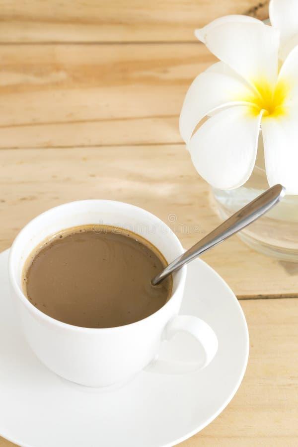 Une tasse de café dans la tasse blanche photo stock
