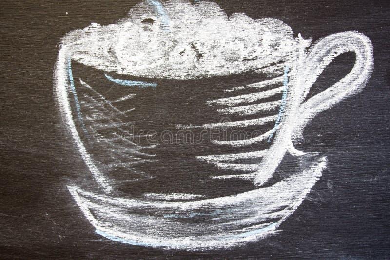 Une tasse de café est dessinée dans la craie images libres de droits