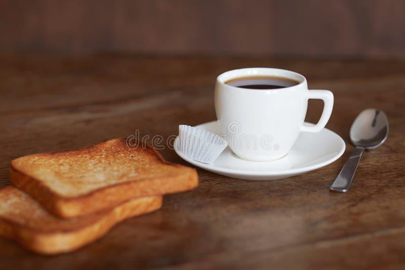 Une tasse de café et de pain grillé images stock