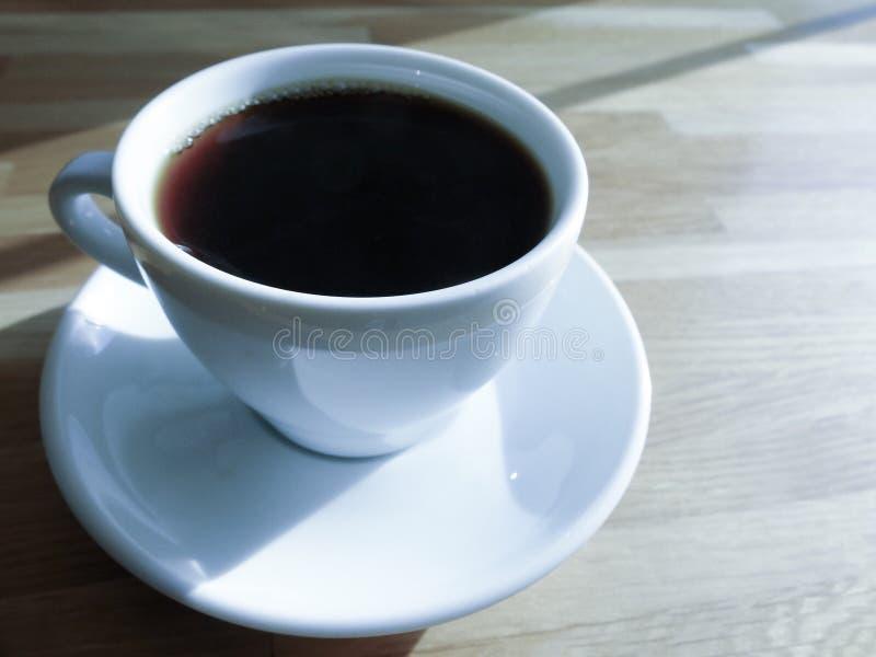 Une tasse de café, café noir pendant le matin photographie stock libre de droits