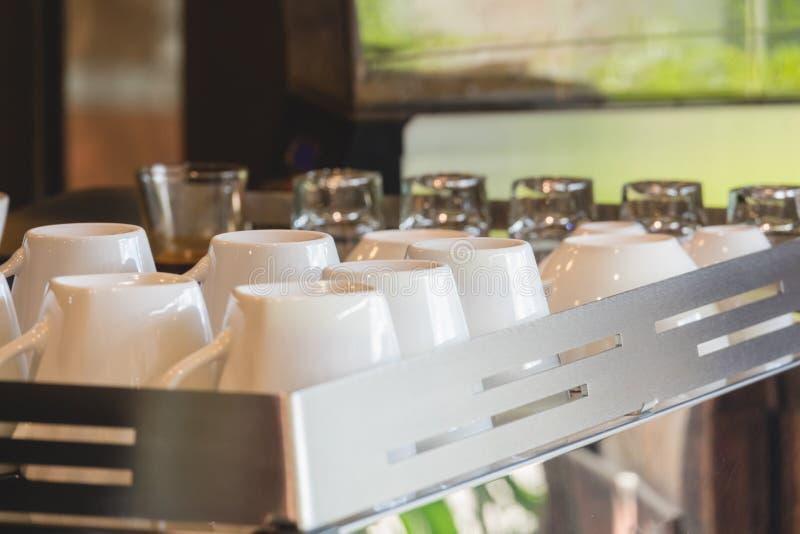 Une tasse de café préparant faisant le café sur la machine d'expresso images stock