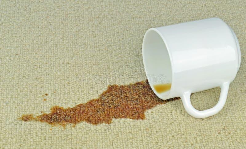 Une tasse de café renversée photo libre de droits