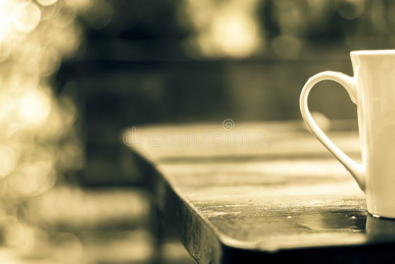 Une tasse de café seul a été placée sur une table en bois, pluie humide T photos libres de droits