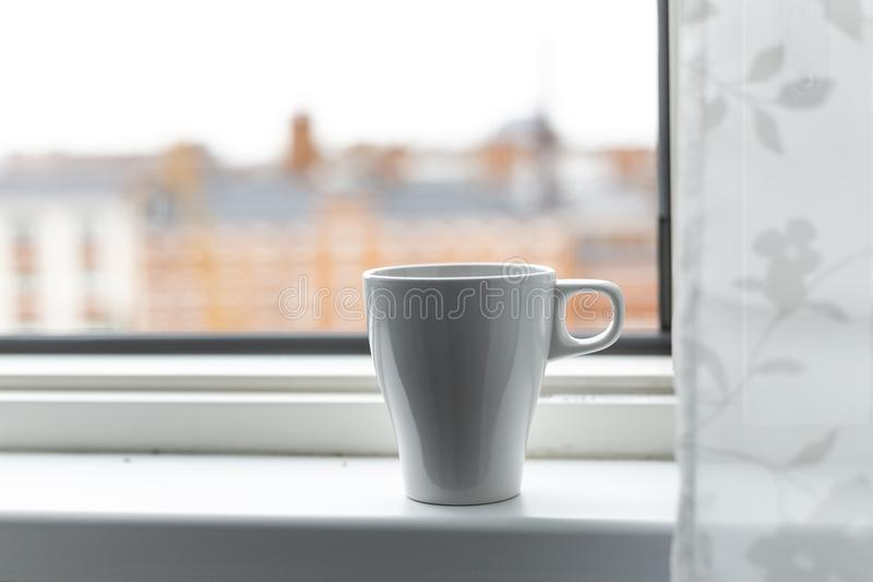 Une tasse de café sur le rebord de fenêtre Grand hublot Type scandinave photo stock