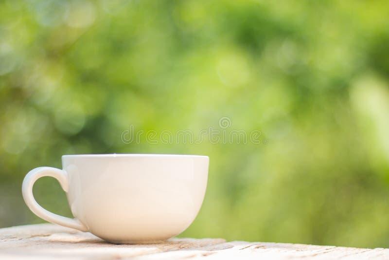 Une tasse de café sur un en bois photos libres de droits