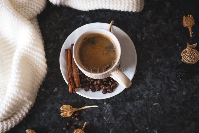 Une tasse de caf? est la cl? ? une bonne humeur Sur un noir, un fond de texture fonc?, une composition de l'?charpe blanche et cr photo libre de droits