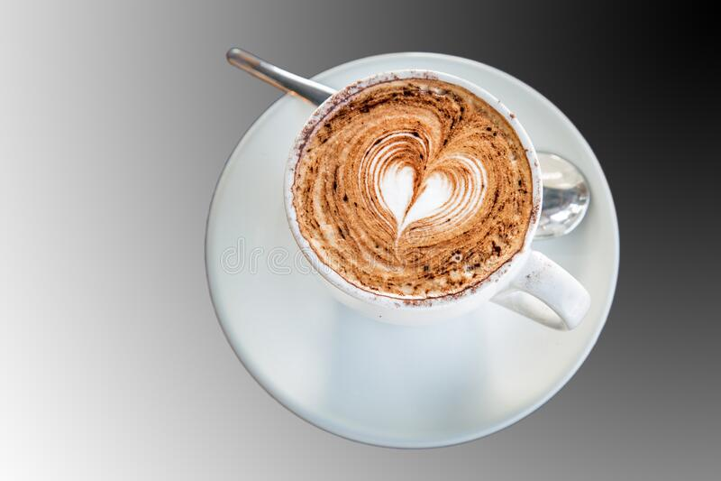 Une tasse de Cappuccino au coeur photos stock