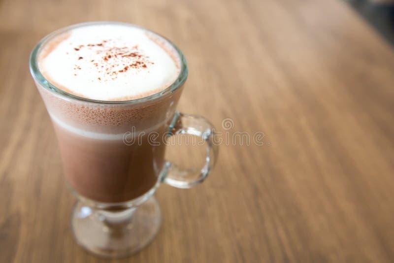 Une tasse de chocolat sur la table en bois images stock