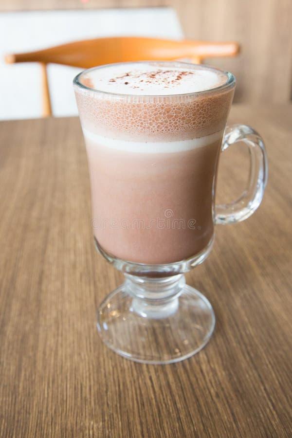 Une tasse de chocolat sur la table en bois photos libres de droits