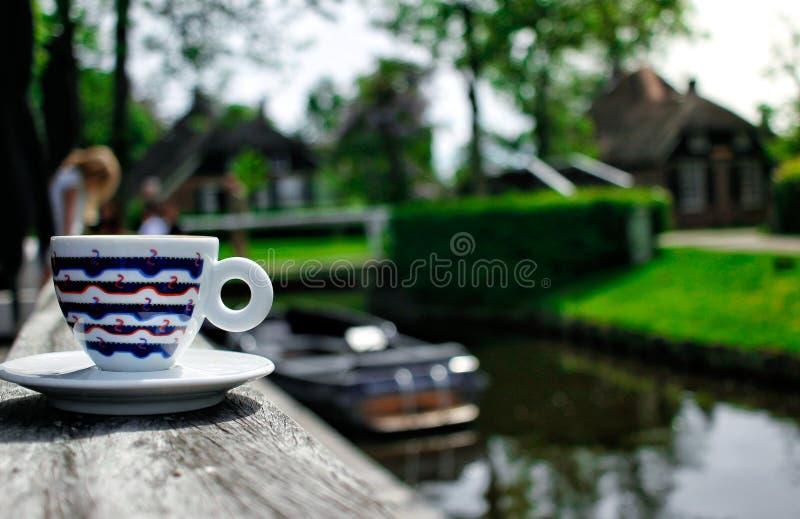 Une tasse de coffe dans Giethoorn photos stock