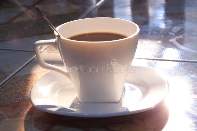 Une tasse de coffe dans le matin images stock