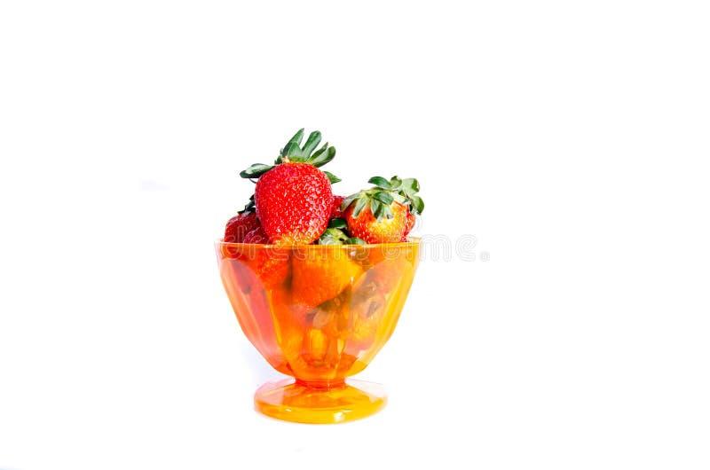 Une tasse de la fraise rouge douce fraîche photographie stock