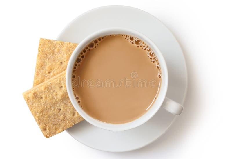 Une tasse de thé au lait l'isolat sablé carré et de deux biscuits photographie stock