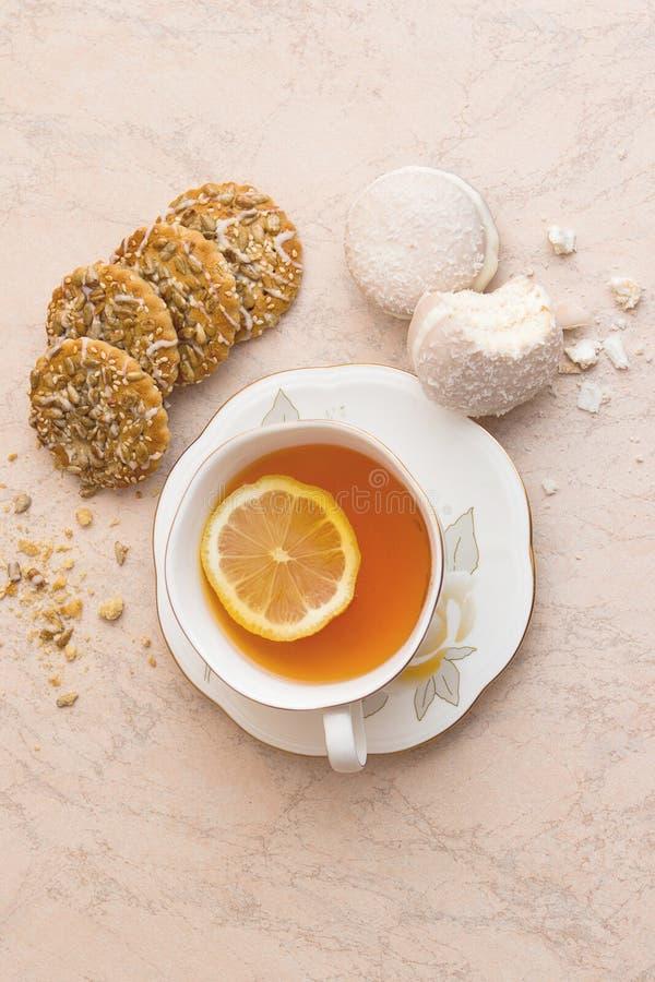 Une tasse de thé avec des biscuits photo libre de droits