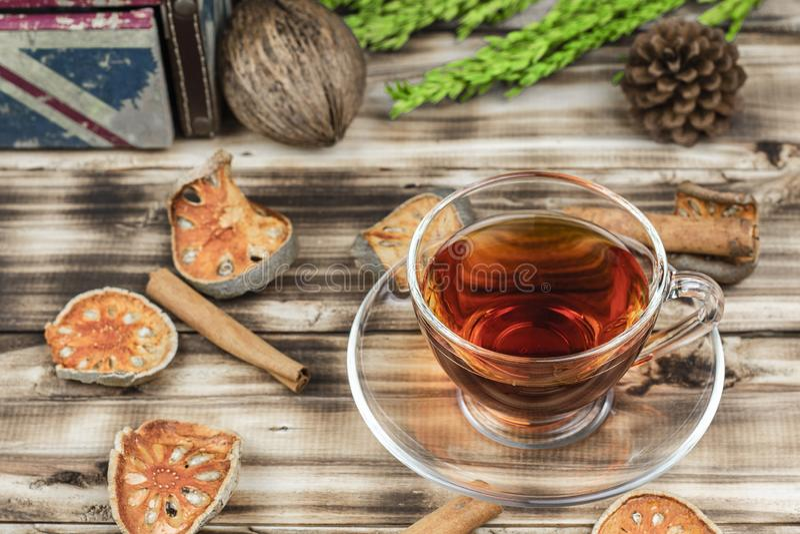 Une tasse de thé de bael sur le fond en bois de table images stock