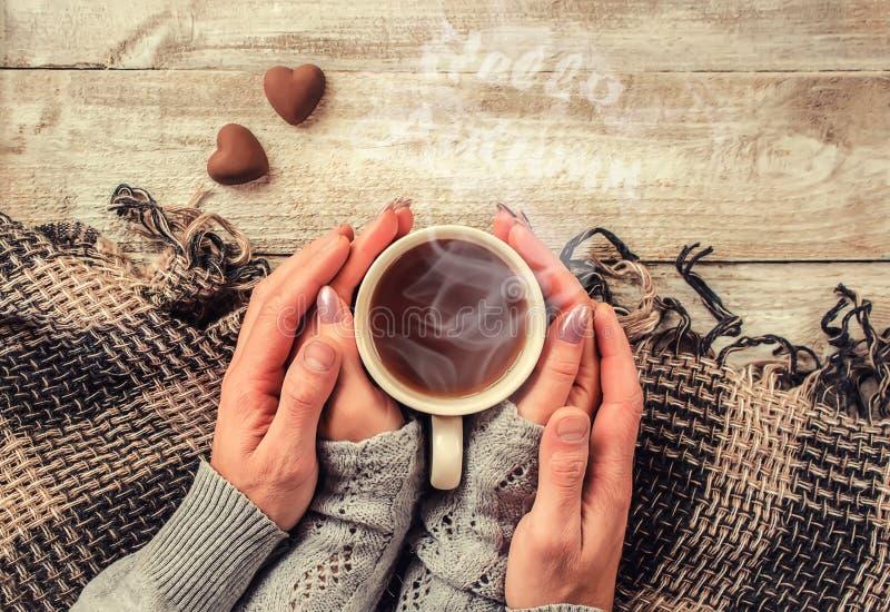 Une tasse de thé Bonjour, automne Foyer sélectif images stock