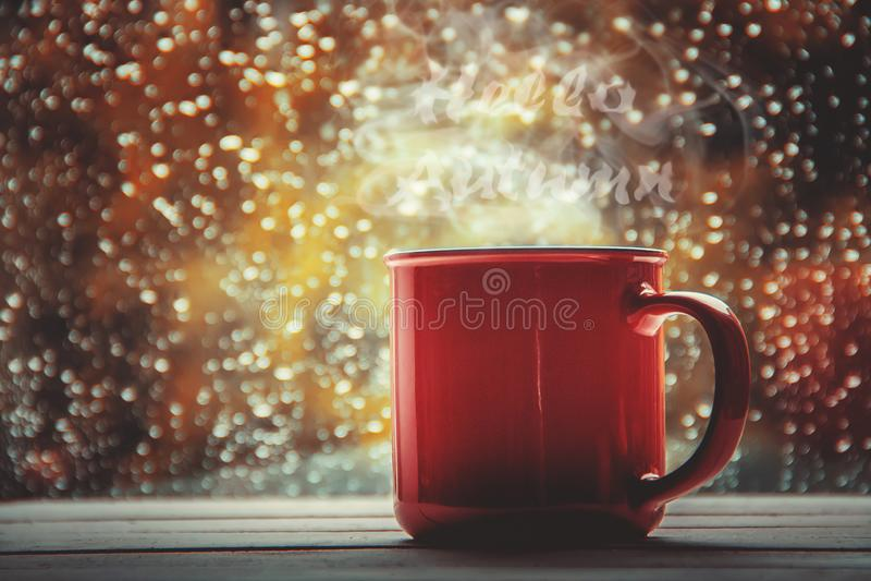 Une tasse de thé Bonjour, automne Foyer sélectif photo stock