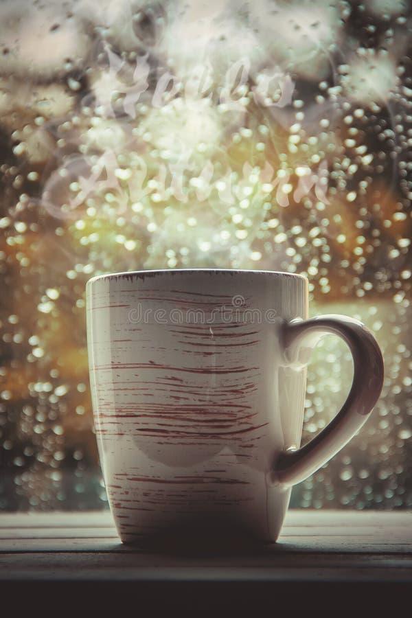 Une tasse de thé Bonjour, automne Foyer sélectif photographie stock