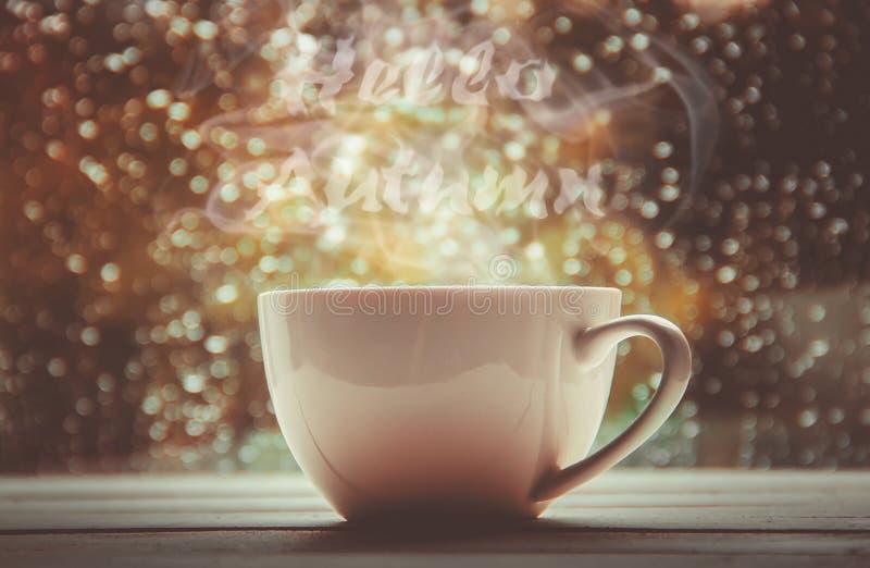 Une tasse de thé Bonjour, automne Foyer sélectif photos stock