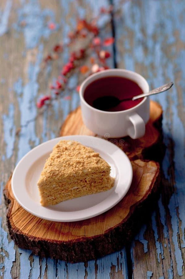 Une tasse de thé et un nid d'abeilles avec la lavande sur un fond bleu en bois Tasse de cuisson de gâteau fait maison de fond en  image libre de droits