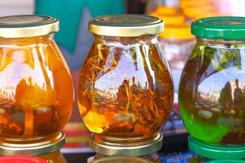 Une tasse de tisane avec la menthe fraîche, miel, citron, gingembre sur le fond en bois blanc rustique Vue supérieure, l'espace d photos stock